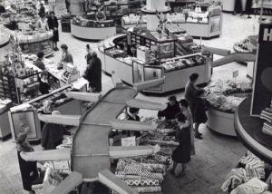 Gezicht op Vroom en Dreesmann vanaf een hogere verdieping, 1960