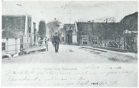 Veldwachter Bouman begin vorige eeuw surveillerend op de IJzeren brug. Rechts het bodehuis van beurtschipper Huijg