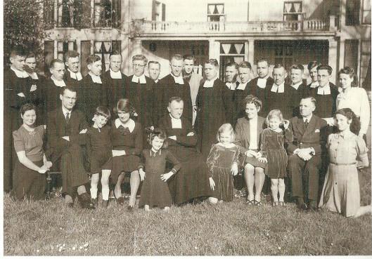 De evacué's op Berkenrode in augustus 1944. Staande de Broeders van De La Salle met in het midden Henk Bouwman en uiterst rechts het dienstmeisje Corroe. Op de voorste rij van links naar rechts: freule Van Lennep, vader M.Thierry de Bye Dolleman, Paul Bouwmna, moeder Bouwman, Tineke Bouwman, Broeder-directeur Eduard en tussen haar dochtertjesnnemarie en Jetty meder Thierry de Bye Dolleman, dan vader L.Bouwman en helemaal rechts geknield Mies Bouwman