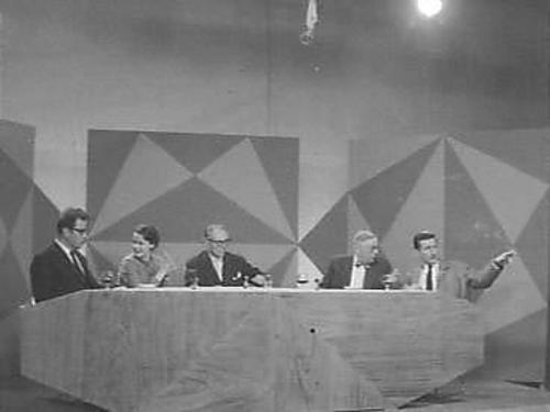 Scène uit literair forum: Hou je aan je woord met Godfried Bomans, Hella Haasse, Karel Jonckheere (voorzitter), Victor van Vriesland en Harry Mulisch. Laatstgenoenmde zei later in een interview: 'Vergeleken bij Bomans waren wij nergens'.