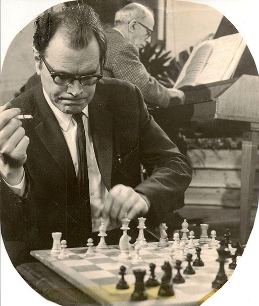 Godfried Bomans schakend en Géza Frid piano spelend in afwachting van de volgende zet