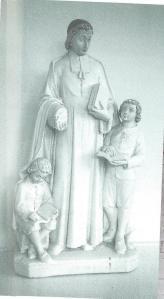 Een herinnering aan de tijd van de Broeders is het beeld van J.B. de la Salle