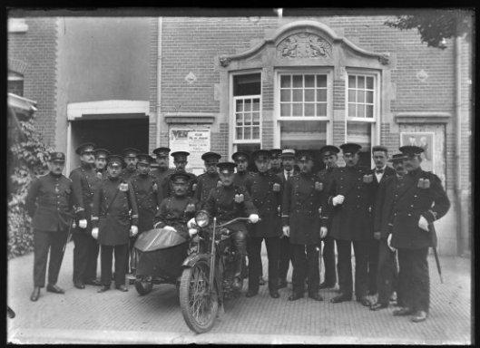 In 1912 is in Heemstede Noord een hulppolitiebureau gebouwd aan de Boekenrodestraat in het Bosch en Vaartkwartier, in 1927 geannexeerd bij Haarlem. Op bovenstaande foto uit 1920 poseert het korps, toen al voorzien van een motorbrigade.