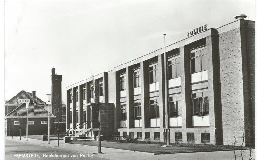 Ansichtkaart van het in 1966 gebouwde politiebureau aan de Cruquiusweg