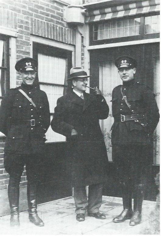 De gemeenteveldwachters C.Duivenvoorde (links) en W.Kranenburg (rechts) poseren in 1935 samen met gemeentesecretaris C.Bregman voor de politiewoning achter het vroegere raadhuis aan de Rijksstraatweg in Bennebroek