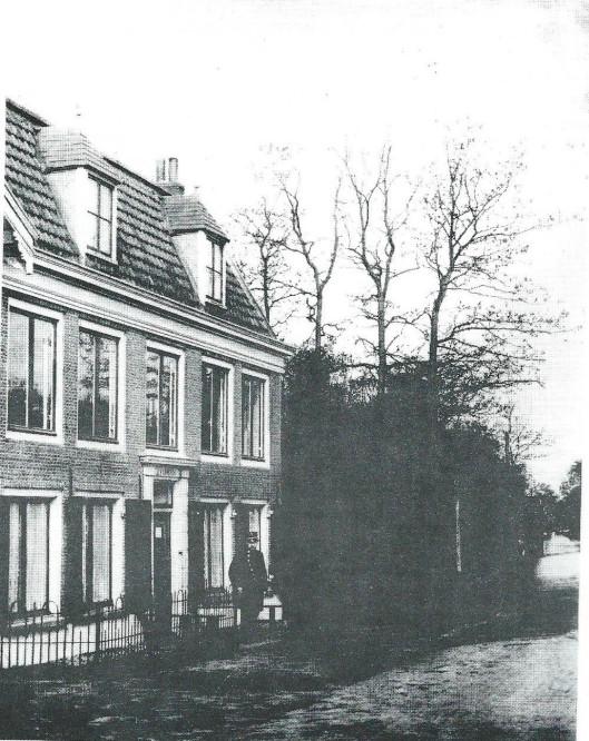Politieagent G.Bouman in 1906 voor het raadhuis annex politiebureau Overlaan. Op 4 januari van dat jaar vierde hij zijn zilveren jubileum als gemeenteveldwachter, tevens fungeerde hij als onbezoldigd rijksveldwachter