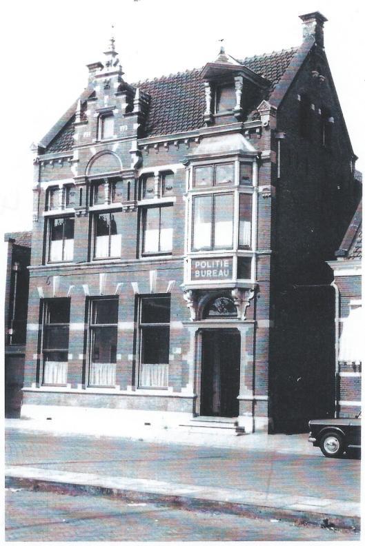 Nadat het post- en telegraafkantoor in 1922 naar een nieuw pand aan de overzijde van de Raadhuisstraat verhuisde kreeg dit monumentale pand uit 1889, Raadhuisstraat 27 de functie van politiebureau