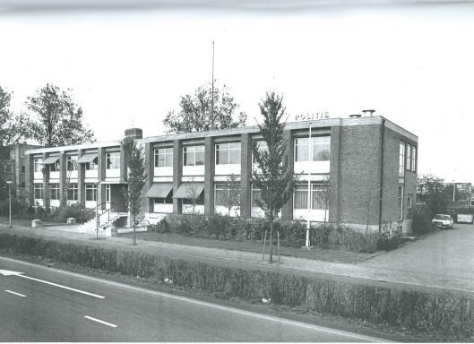 Het politiebureau aan de Cruquiusweg op een foto uit 1988