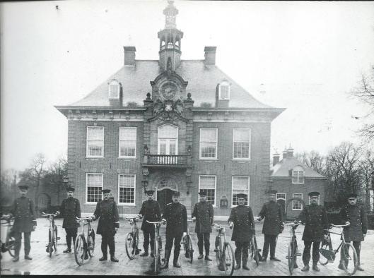 In 1917 is het politiekorps van Heemstede voorzien van nieuwe rijwielken. Motor en auto waren in dat jaar nog onbekend. Inspecteur Ch. Kemper had de leiding over intussen een tiental agenten. Op bovenstaande foto genomen voor het raadhuis zien we van links naar rechts de agenten Pronk, J.Veen, J.Visser, H.Arnoldus, C.Kemper, G.Kruiderink, W.Zwartkruis (familielod van de latere bisschop van het bisdom Haarlem), H.Mulder, B.Silvis en J.van der Vliet.