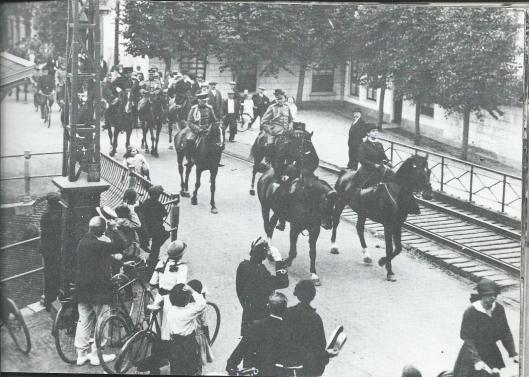 Koningin Wilhelmina passeert in 1915, mobilisatietijd, de IJzeren Brug. Zij wordt daarbij ook te paard begeleid door inspecteur Ch.Kemper