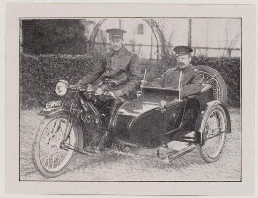 De Heemsteedse motorbrigade (met zijspan) op een foto uit 1925