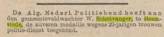 Bij zijn 20jarig ambtsjubileum ontving W.Schotvanger een zilveren medaille van verdienste van de Nederlandsche Politiebond