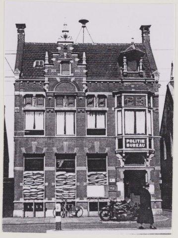 In 1939 tijdens de mobilisatietijd zijn de ramen op de benedenverdieping met zandzakken beschermd. Het politiebureau deed toen tevens dienst als Centrale Commando post Luchtbeschermingsdienst.