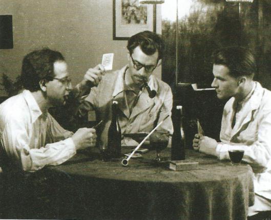 Godfried Bomans in zijn huis aan de Zonnelaan kaartend met onderduikers, links de Joodse dirigent Hans Lichtenstein en rechts pottenbakker Jan ter Gouw