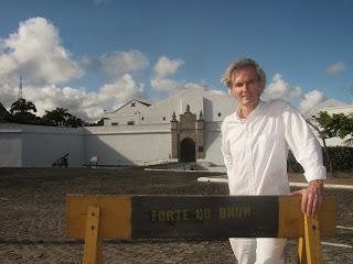Archeoloog Hefting voor fort De Bruijn bij Recife