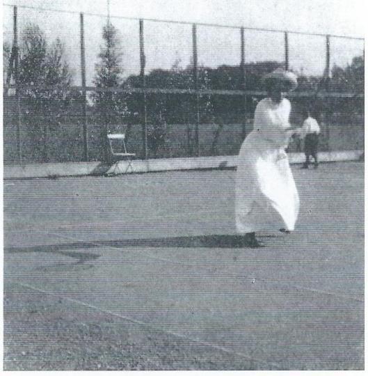 Kampioene E.E.C.Dólleman in toenmalig tennistenue op de baan van 't Nieuw Klooster