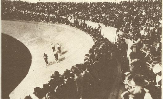 Gerrit van Wees c.s. op de wielerbaan van het Grunewaldstadion in Berlijn (1936)