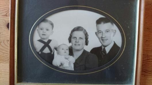 Gerrit van Wees met echtgenote en hun twee kinderen in 1943