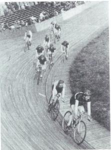 Een wedstrijd van Achilles op de Heemsteedse wielerbaan in 1938