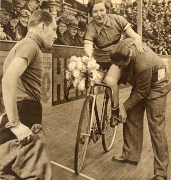 Mien van Bree uit Loosduinen was de eerste baanwielrenster van internationale allure (1935)