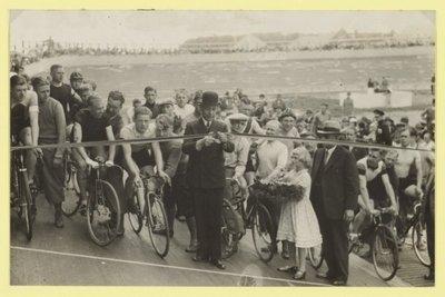 Opening van de wielerbaan in Zwanenburg-Halfweg in 1935, in hetzelfde jaar dan de banen in Alkmaar en Heemstede zijn gestart