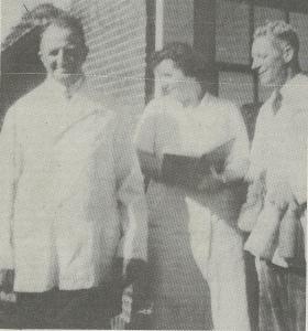 P.J.Staveren, diens echtgenote en rechts met 3 flessen Henk Bank