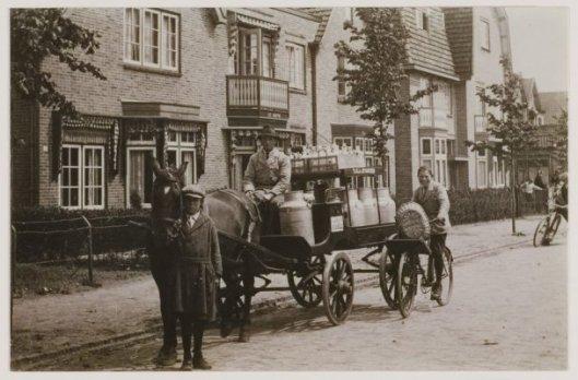 Uitventen van levensmiddelen kwam vroeger veelvuldig voor. Meer dan een halve eeuw een vertrouwd figuur met paard en wagen was melkboer Piet van Staveren. Hier in de Spaarnzichtlaan, met op de fiets rechts Warmerdam jr., De zuivelzaak was gevestigd op de hoek Camplaan/Bosboom Toussaintlaan, later voortgezet door Willem van der Peet.