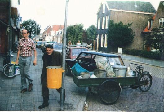 Bertus de Graaf in 1980 met zijn ophaalwagen op de Binnenweg (foto Vincent Martin)