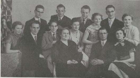 Het gezin Hulsebosch in 1957 Boven van links naar rechts: Henk, 'padre' Piet, Frans en Ton; midden: Paula, Jan, Loek, Riet, Bep en Jo; vooraan: moeder Hulsebosch-d'Haene, vader en Thea.