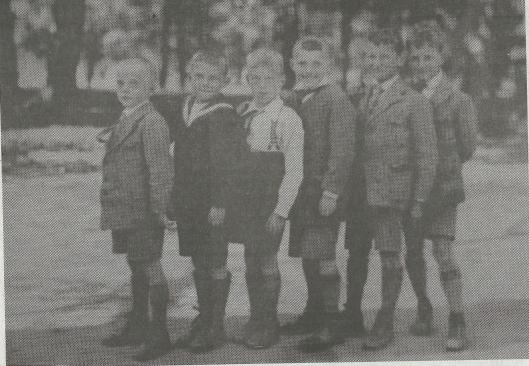Zes vrienden uit de Indische wijk omstreeks 1927 gefotografeerd in de Haarlemmerhout. Van links naar rechts: Jan Luiten, Wim Vos (voetballer later bij RCH), Nico Bank, Joop Luiten, Joop Martin en Niek Martin