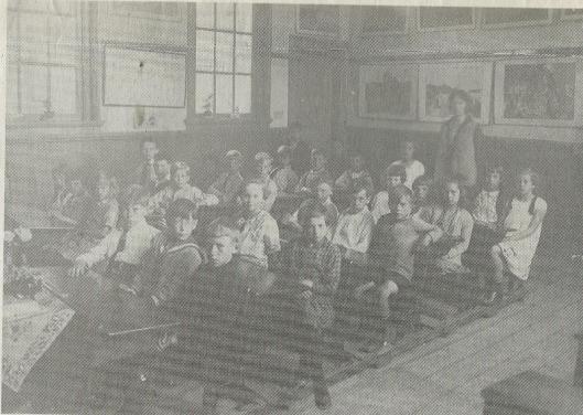 De derde klas van de Voorwegschool onder leiding van juffrouw Boudewijn met uiterst rechts CORRY MOLENAAR.
