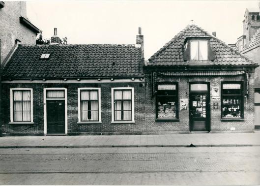 Panden Raadhuisstraat 8-10 vóUr 1930. Links het huis van electriciën H.A.Meeuwenoord, die later naar het Wiekenplein verhuisde. Rechts kruidenier Chr. Vollenga, daarvoor Reedijk. De barbierszaak van de firma oOosterhoorn (voordien Serné) is opgericht in pand nummer 8, verhuisd naar het nieuwe pand 4/6.