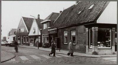 Bovenstaande foto is van de vroegere kapperszaak van (familielid) Oosterhoorn in Krommenie  aan de Heiligeweg. Kerkplein/hoek Noorderhoofdstraat
