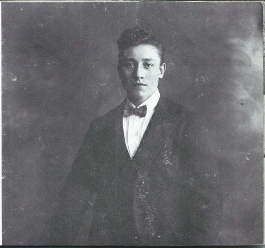 Een poserende Jan Toledo, optredende als 'Jan Komiek'