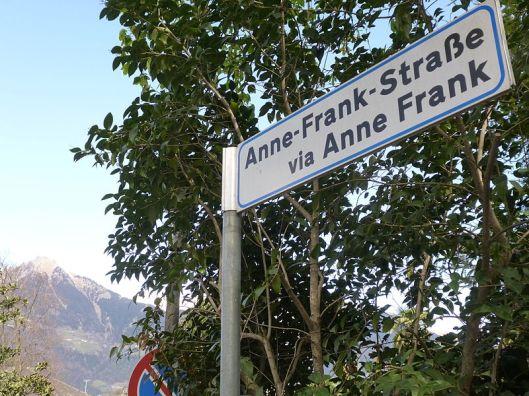 Een naar Anne Frank vernoemde straat in Meran, Zuid-Tirol, Italië