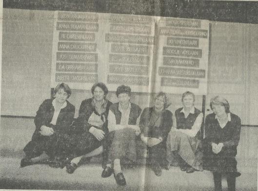 Zes van de acht vrouwen (gemeenteraadsleden) bij de straatnamen van Merlenhoven. Van links naar rechts: Marijke Lindeboom, Marbeth Bierman-Beukema toe Water, Miep Karssen, Els Proost, Sjoukje van der Pas en Agnes Snoep. Mw. H.A.G.Th.G.IJsselmuiden en mw.S.E.A.Noorman-den Uyl ontbreken