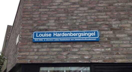 Straatnaambordje: Louise Hardenbergsingel (91844-1988), was eerste directrice Leidse kweekschool voor bewaarschoolhouderessen) in Vrouwenwijk Leiden