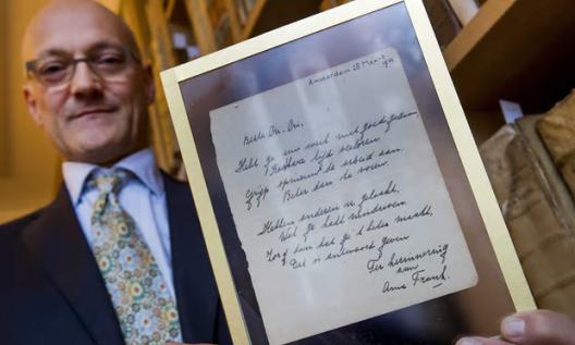Jeffrey Bosch fungeerde veilingmeester en zijn compagnon Thijs Blankevoort (foto) toonde het kostbare kleinood van Anne Frank