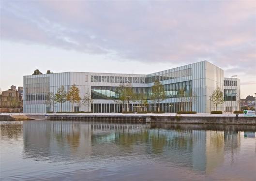 Zicht op de januari 2017 geopende bibliotheek van Caen vanaf het water gezien