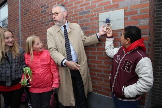 Onthulling van Nuts-plaquette aan de gevel van de bibliotheek in Gorredijk