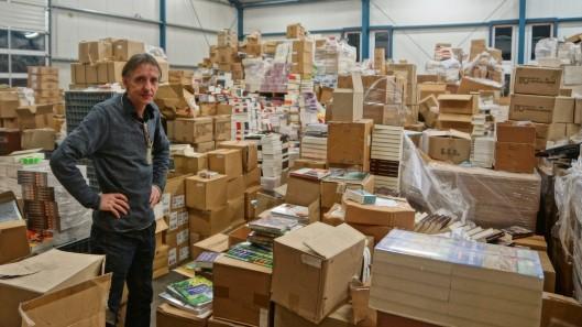Geert Postma met een deel van zijn van de Slegte overgenomen boeken
