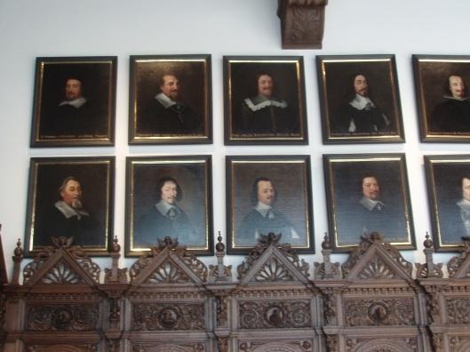 In de Vreszaal met linksboven de portretten van J.van Matenesse en Adriaan Pauw door Anselmus van Hulle