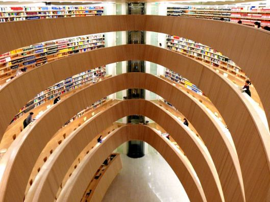 De door de Spaanse architect Calatrava in 2004 ontworpen 'zwevende' rechtswetenshappelijke faculteitsbibliotheek in Zürich