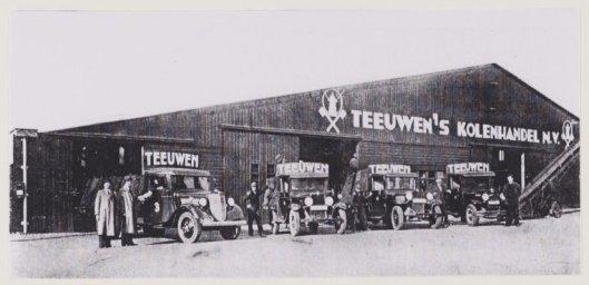 Teeuwen's Kolenhandel in 1937 met van links naar rechts de directeuren Henk en Gerrit Teeuwen, Jan van den Putten (in auto), Henk Vos, J.W.C.Landwehr, L.van den Putten, Henk Broekhoff en Arie Vos