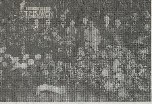 In 1937 gemaakte foto bij gelegenheid van de opening van Teeuwen's Kolenhandel n.v. aan de haven. V.l.n.r.: Henk Teeuwen, W.Landwehr, J.v.d.Putten, Jan Oudshoorn, Henk de Vos, Jaap Bers, Gerrit Teeuwen en L.v.d.Putten
