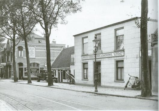 Links de comestibleszaal uit 1900, in het midden de kleine huisjes van Jan Zwarter die in 1937 plaats maakten voor een nieuwe zaak en rechts de cooperatieve