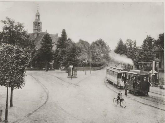 De stoomtram komende vanuit Leiden in 1915 op het Wilhelminaplein met rechts de waperpomp voor het zogenaamde 'bielzenladje