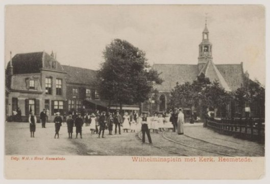 'Het Wilhelminaplein met rechts het hek ter afscheiding van het bielzenlandje en Wilhelminaplein