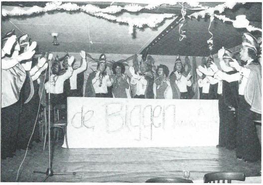 De Biggenvangers 1974-1975: Prins Arthur (Bart Scxhol) de 1e met zijn Hofdames en Raad van XI