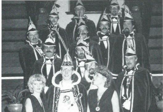 Prins Pepe (Andre Peperkoorn) met hofdames en Raad van XI in het seizoen 1984-198